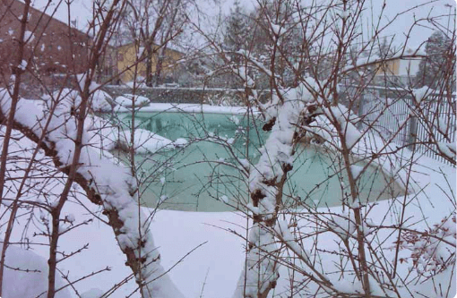Piscina natural convertida en pequeño lago durante el invierno